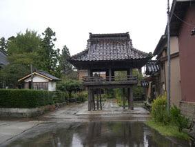 良寛の墓のある隆泉寺の山門