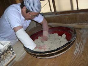 蕎麦を捏ねる芦野光さん