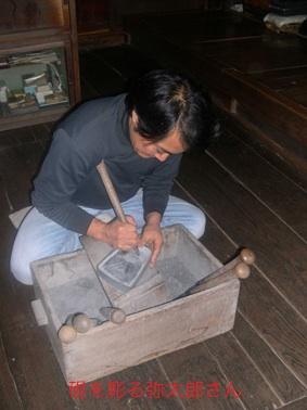 硯を彫る弥太郎さん