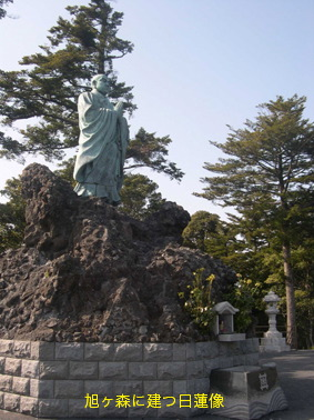 旭ヶ森に建つ日蓮像